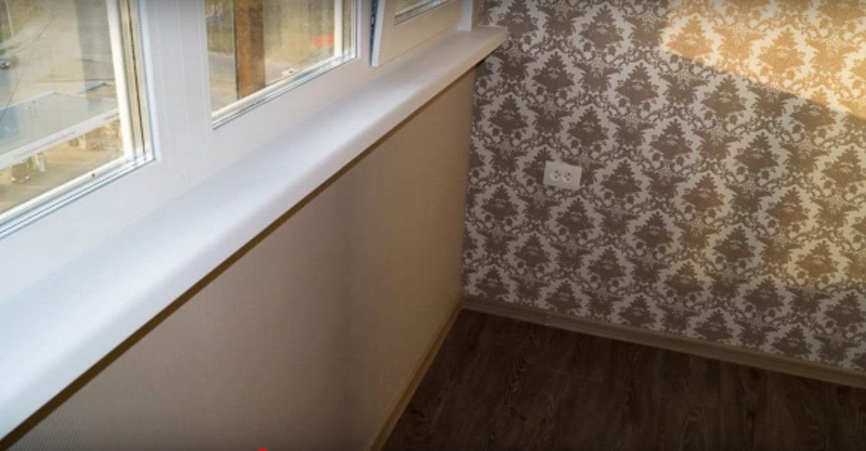 отделка балкона обоями
