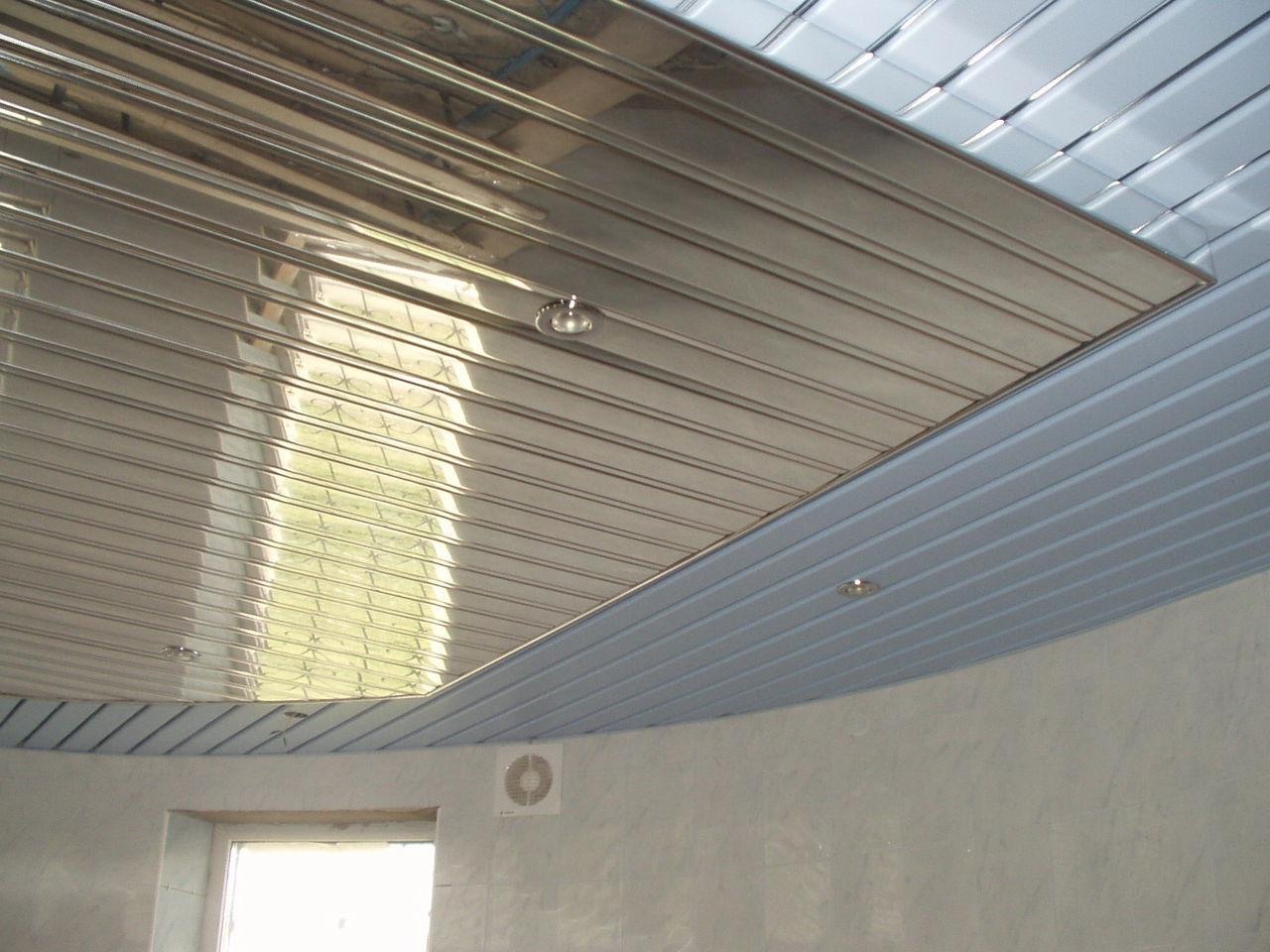 металический потолок в ванной