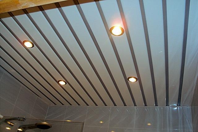реечный потолок вванной