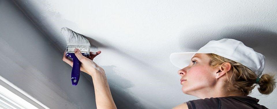 Чем покрасить потолок
